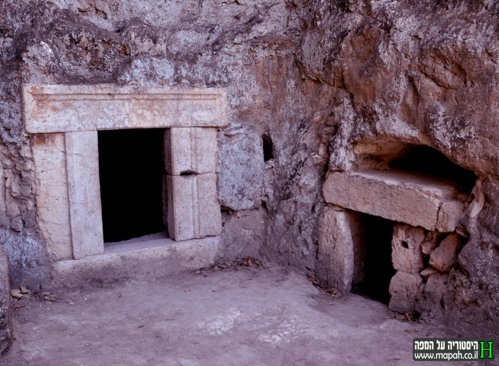 מבט לדלת הראשית והמשנית במערת הלולבים - צילום: אפי אליאן