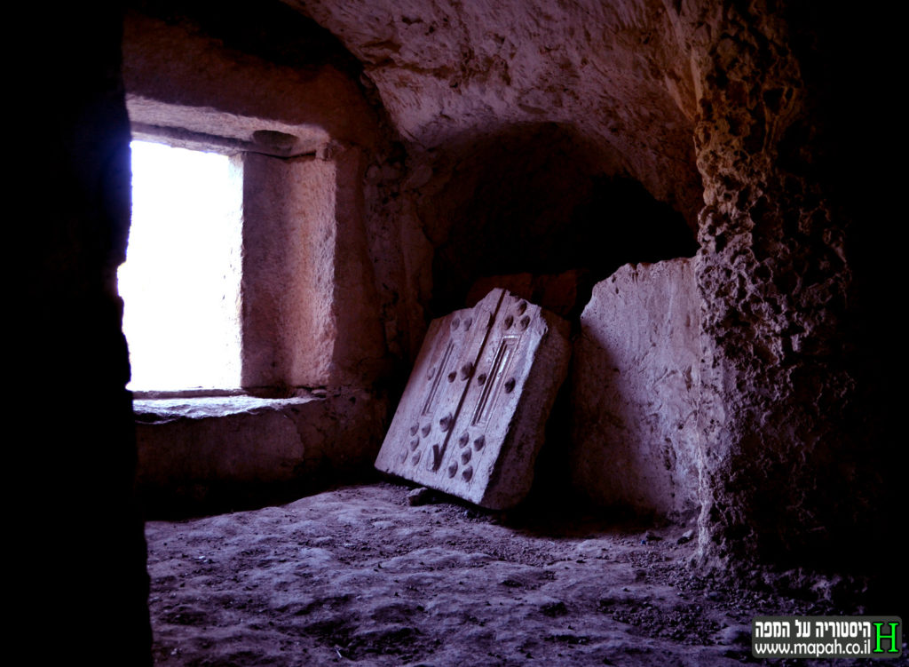 חלק מדלת האבן החצובה בפתח מערת הקבורה בבית שערים - צילום: אפי אליאן