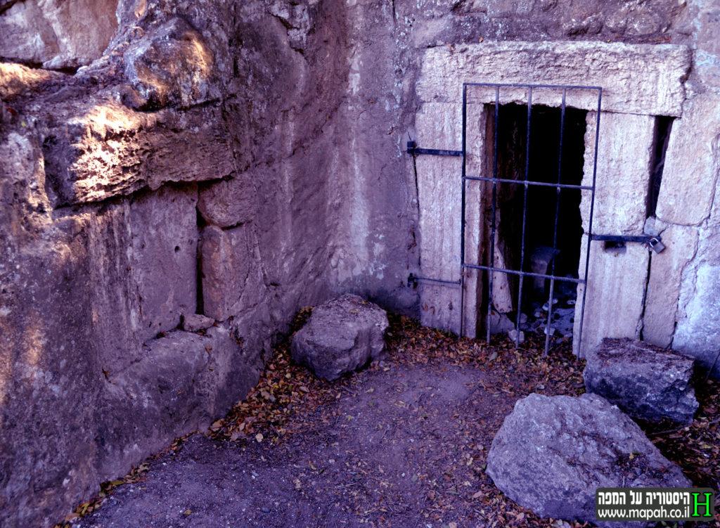 """חצר מערכת הקבורה במערת """"כאן נחה היקרה"""" - צילום: אפי אליאן"""
