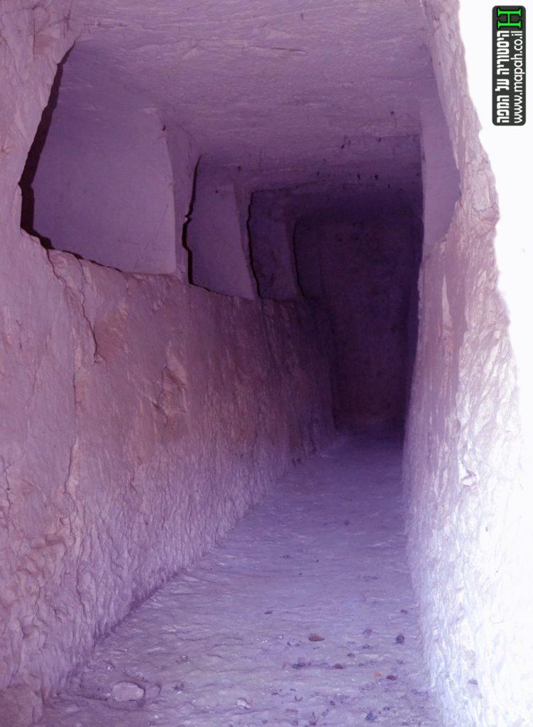 """פנים המערה """"כאן נחה היקרה..."""" והקברים החצובים - צילום: אפי אליאן"""