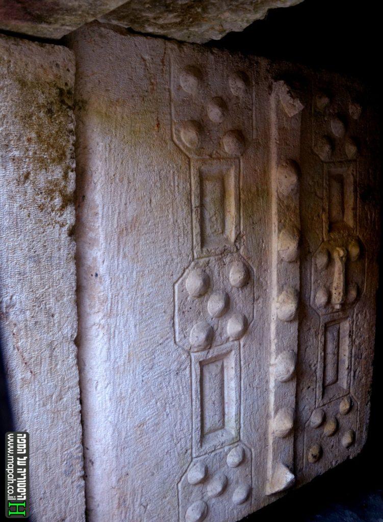 דלת הכניסה במערה הראשית של מערת סוחרי האריגים בבית שערים - צילום: אפי אליאן