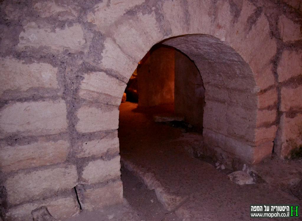 הכניסה למערה שם נמצאה האבן עם שמו של רבי גמליאל - צילום: אפי אליאן