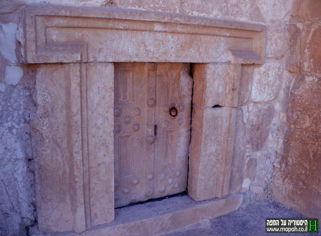השער הימני למערת הארונות בבית שערים - צילום: אפי אליאן