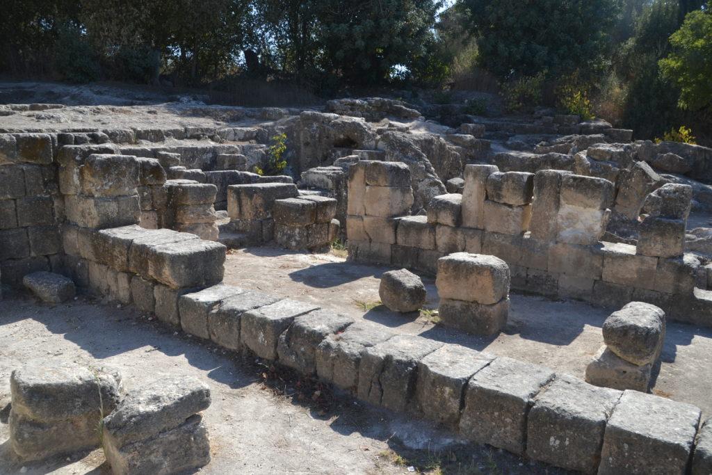 שרידי בתים ובית המדרש בבית שערים - צילום: אפי אליאן