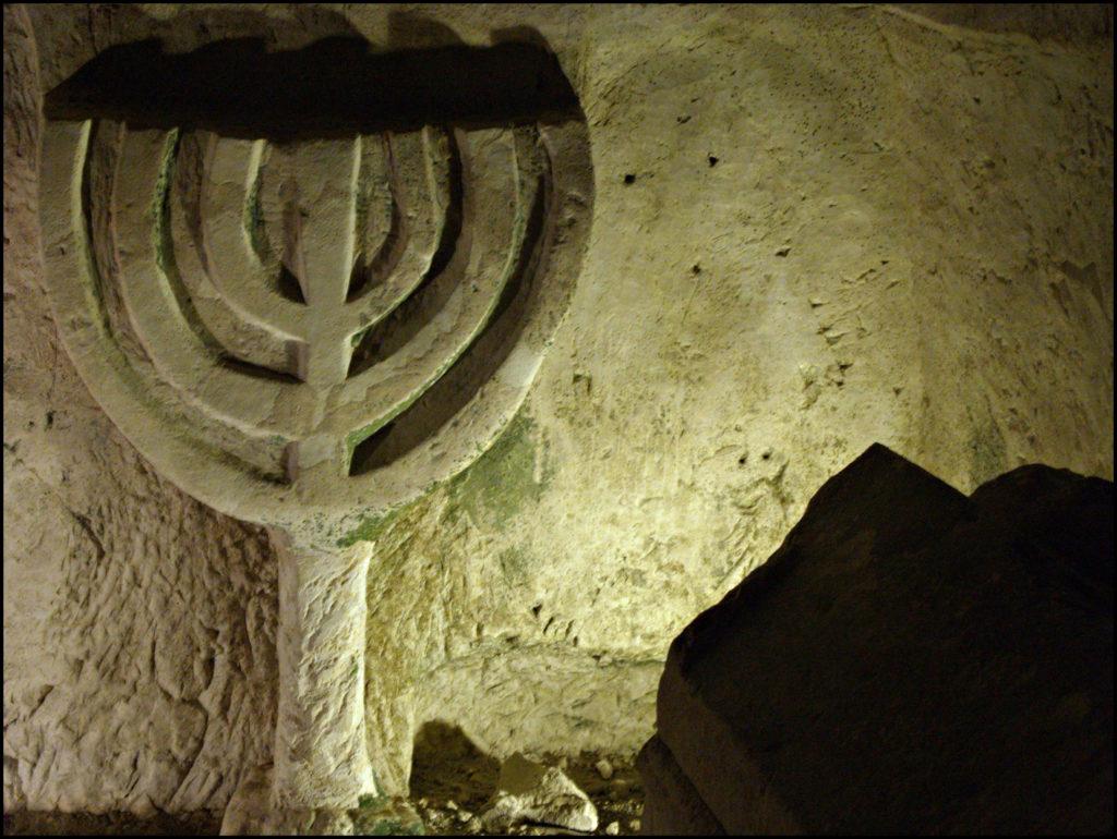 אם כל המנורות במערת הסרקופגים בבית שערים - צילום: Dainis_Matisons
