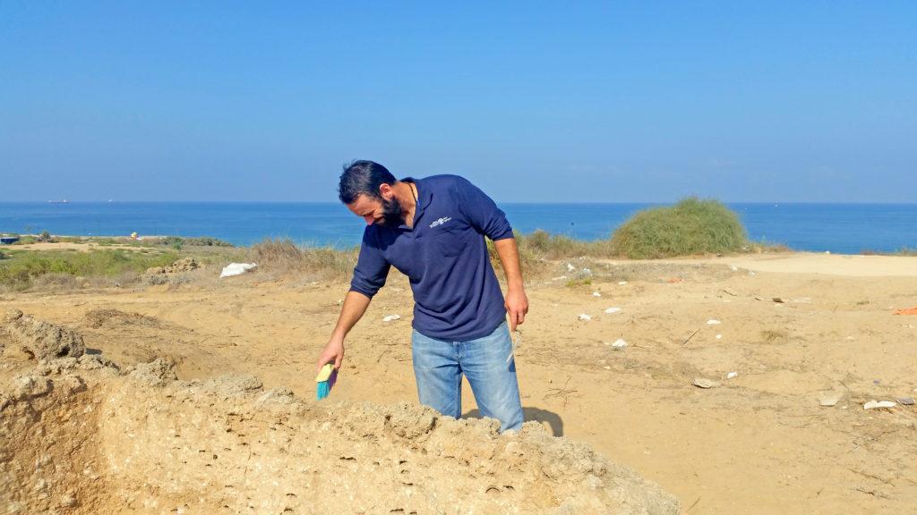 פדריקו קוברין, מנהל החפירה מטעם רשות העתיקות, ליד מגדל התצפית