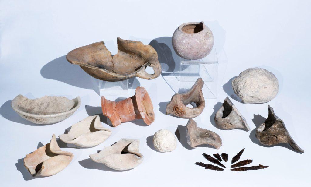 ממצאים מתק' בית ראשון שנחשפו בחפירה – נרות שמן, טביעות חותם שהוטבעו לזיהוי קנקנים, ראשי חיצים, ועוד. צילום: קלרה עמית