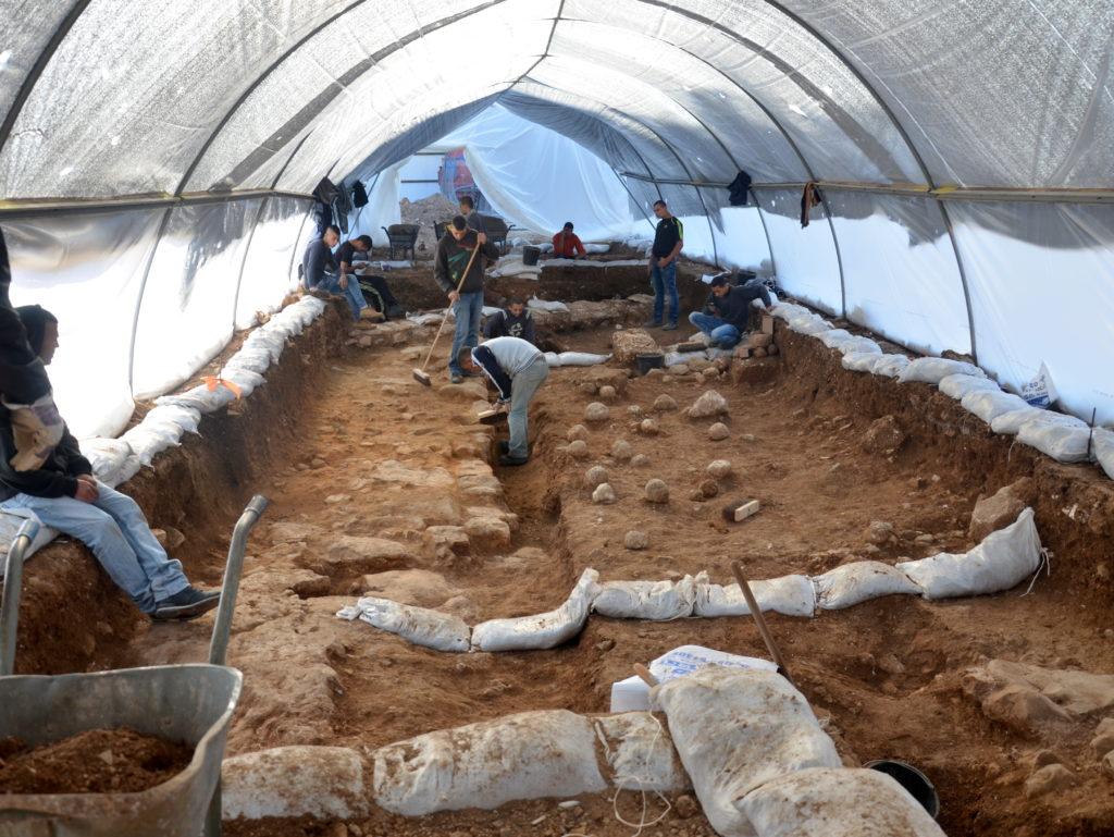 אתר החפירה במגרש הרוסים. על הרצפה ניתן לראות את אבני הקלע, עדות מוחשית לקרב שהשתרר כאן לפני 2000 שנה. צילום: יולי שוורץ