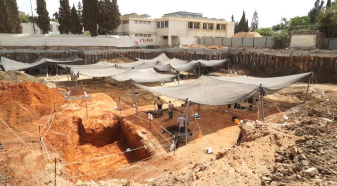 כלי חרס עתיק בדמות אדם נחשף בחפירות ביהוד