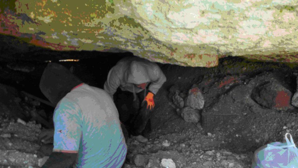 העתיקות יוצא ממערת הקבורה. צילום: ניר דיסטלפלד, באדיבות רשות העתיקות