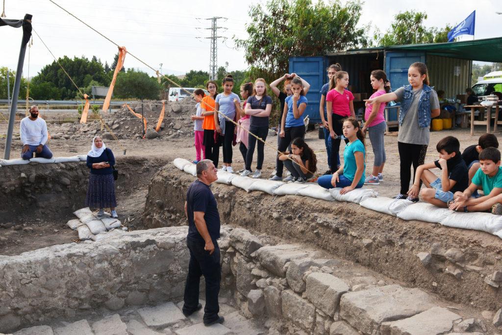 """הארכיאולוג ראפע אבו ריא מסביר לילדי בית ספר יסודי """"תינאל"""" כפר כמא על החפירה. צילום: גלעד צינמון"""