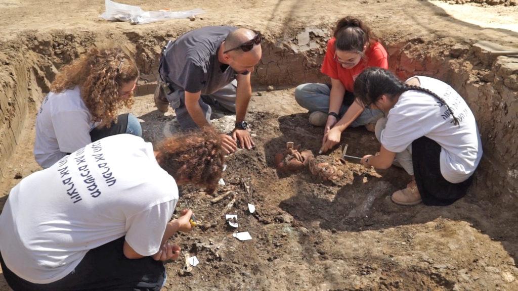 המגמה ללימודי ארץ ישראל וארכיאולוגיה במהלך העבודות ביהוד. צילום: EYECON