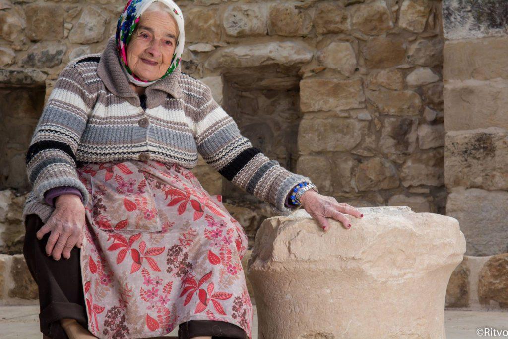 מרגלית זינאתי מהכפר פקיעין והאבן העתיקה. צילום: Ritvo, באדיבות בית זינאתי