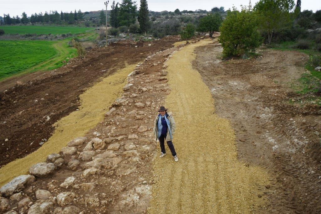 מנהלת החפירה אירנה זילברבוד באתר. חברת גריפין צילום אווירי