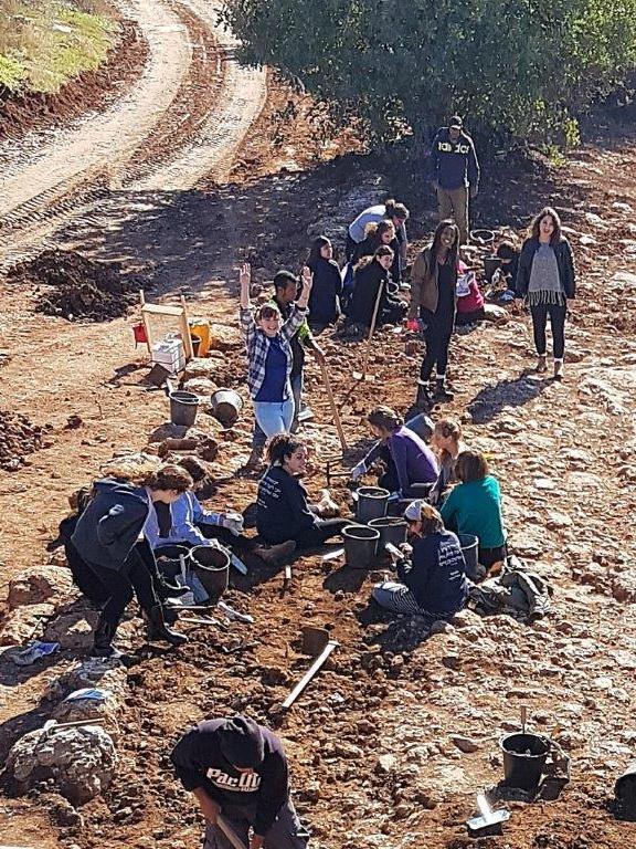 """בנות אולפנת """"אמית נגה"""" שהתנדבו בחפירה. צילום: אירנה זילברבוד"""