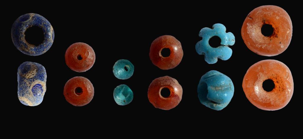 חרוזים צבעוניים שנחשפו בחפירה ארכיאולוגית בדולמן. צילום: שמואל מגל, באדיבות רשות העתיקות
