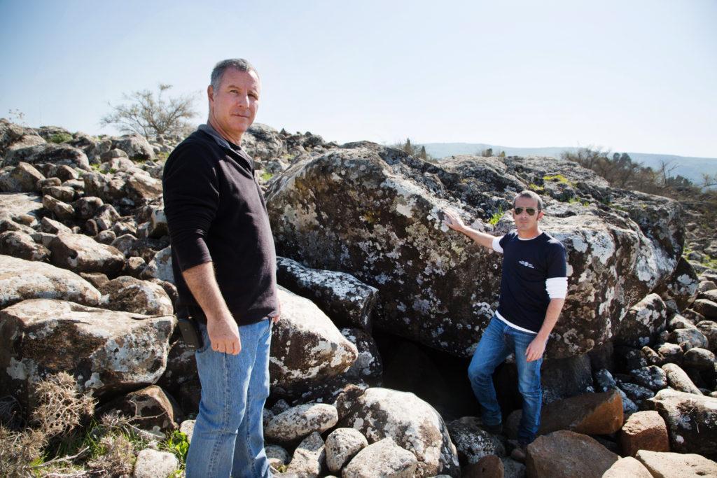 משמאל לימין: פרופ' גונן שרון מהמכללה האקדמית תל-חי ואורי ברגר מרשות העתיקות, ליד הדולמן. צילום: שמואל מגל, באדיבות רשות העתיקות