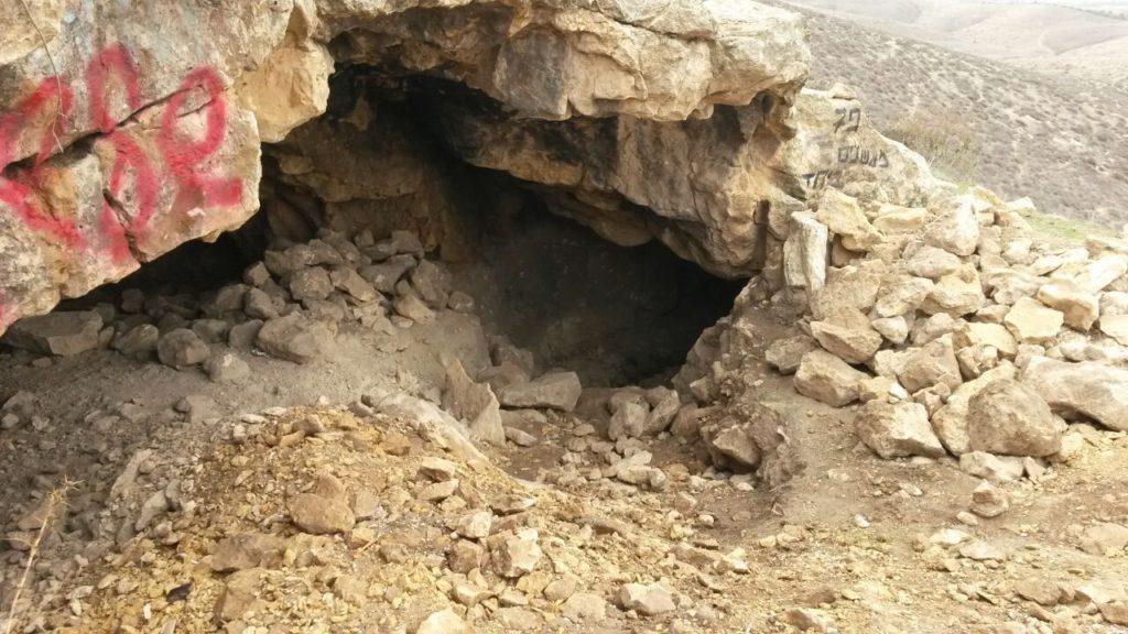 םתח המערה בגבעות גורל בו נתפסו החשודים - צילום: היחידה למניעת שוד ברשות העתיקות