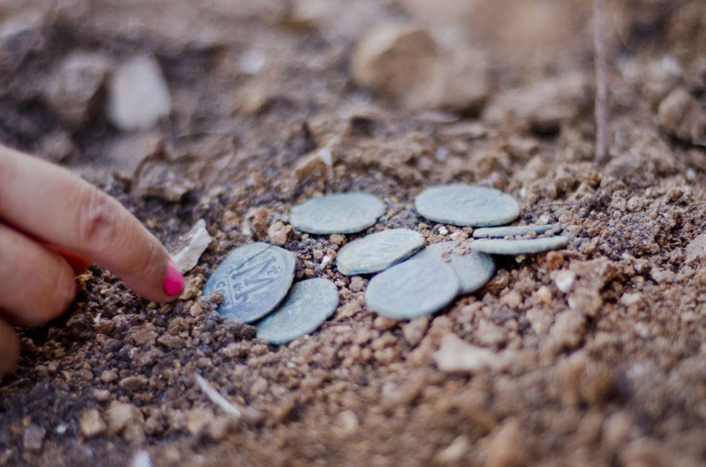 מטמון המטבעות מהתקופה הביזנטית. צילום: יוֹלי שוורץ
