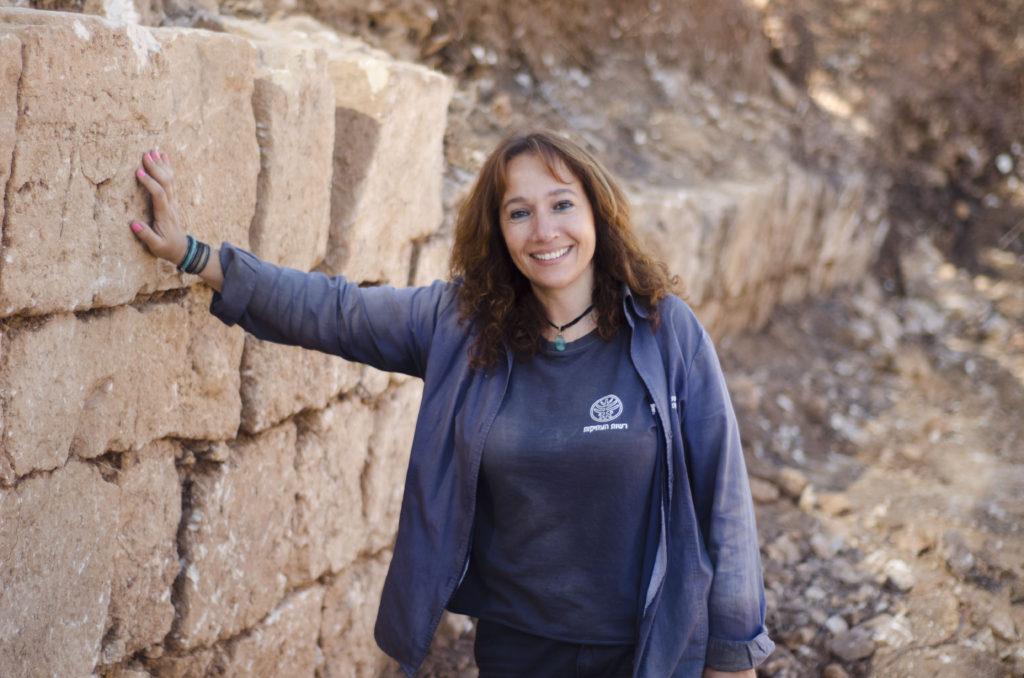אנט נגר, מנהלת החפירה מטעם רשות העתיקות, ליד הקיר שבמפולותיו התגלה המטמון