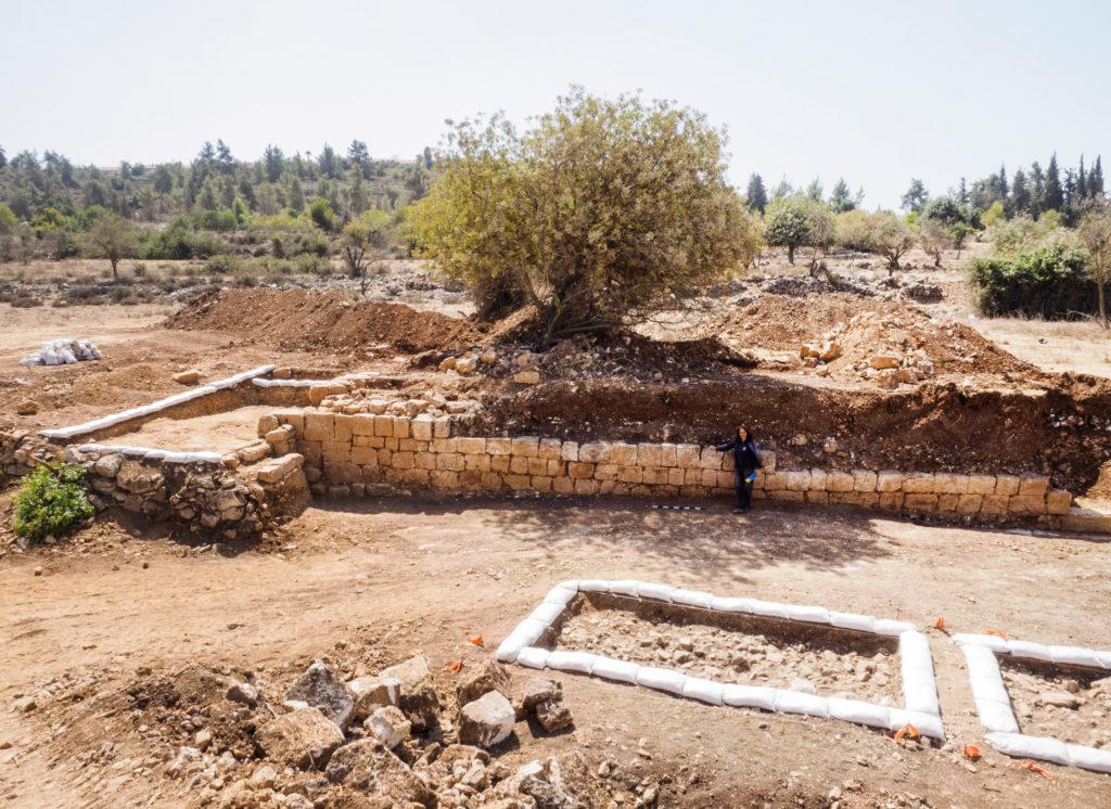 שטח החפירה והקיר שבמפולותיו נמצא המטמון. צילום: מקסים דינשטיין