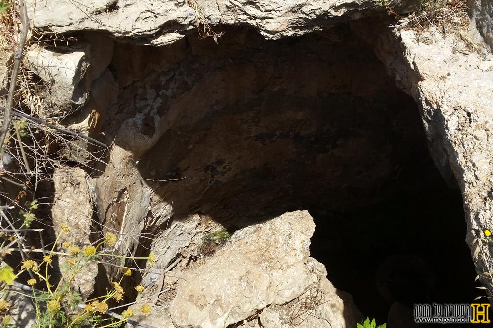 כניסה לאחת ממערות הקבורה ליד המאוזוליאום - צילום: אפי אליאן