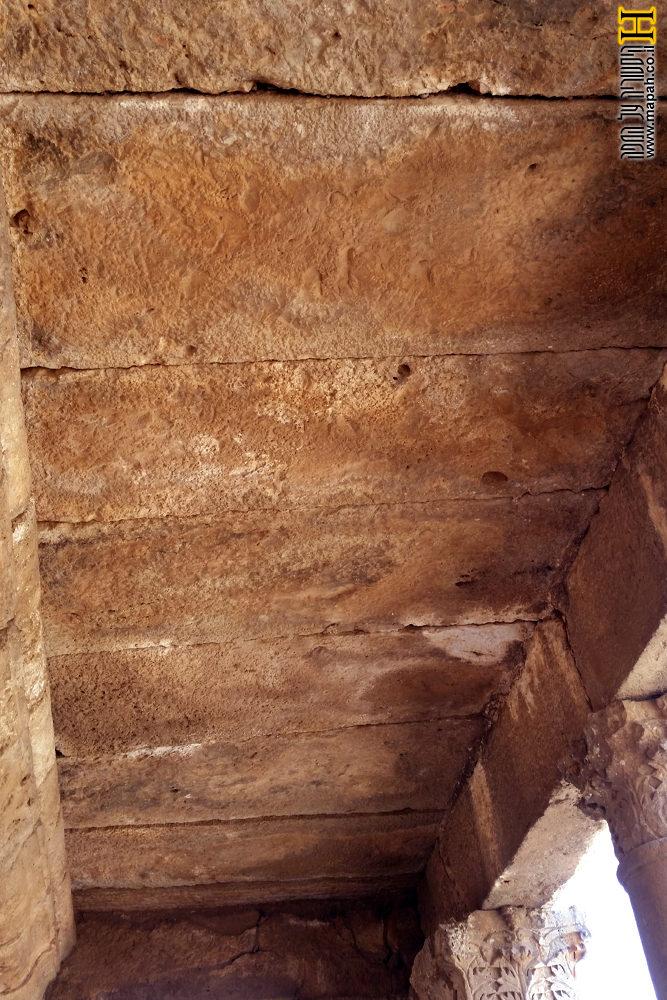תקרת הסטיו הבנויה לוחות אבן עבים - צילום: אפי אליאן