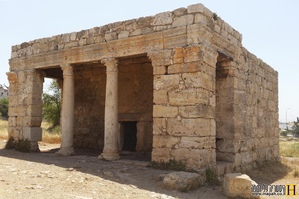 המאוזוליאום הרומי במזור - מבט לחזית המבנה - צילום: אפי אליאן