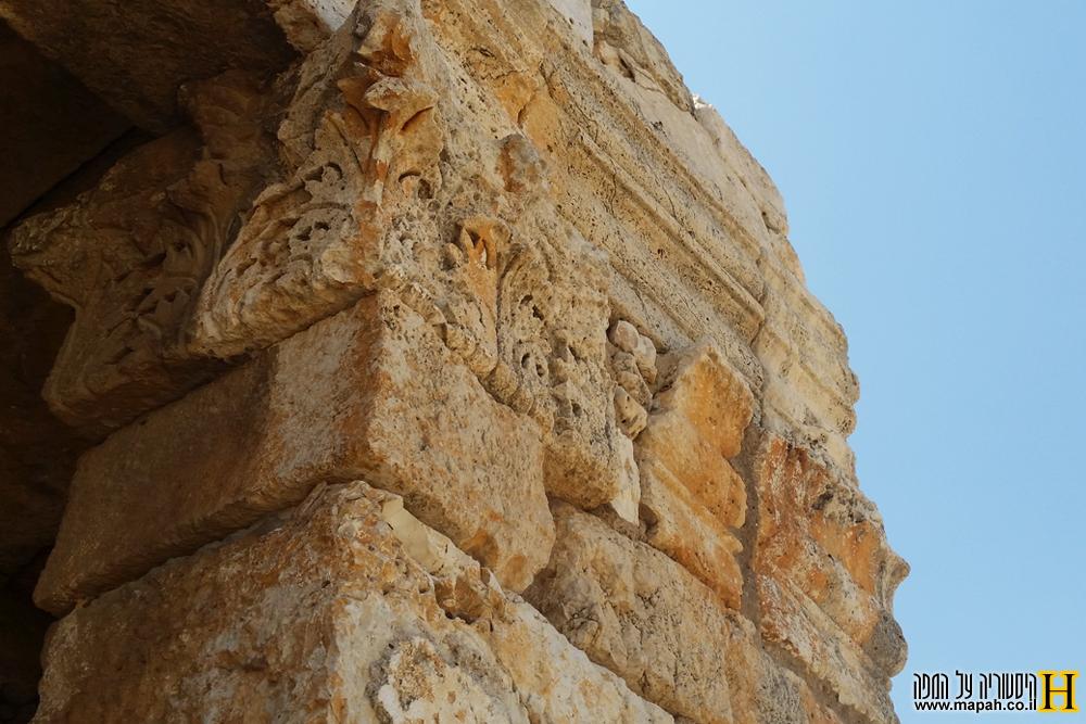 עיטורי האבן תחת הקרניז במאוזוליאום מזור - צילום: אפי אליאן