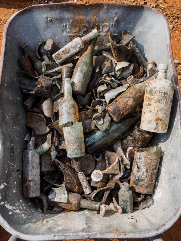 בקבוקים וממצאים נוספים מבור האשפה, צילום אסף פרץ