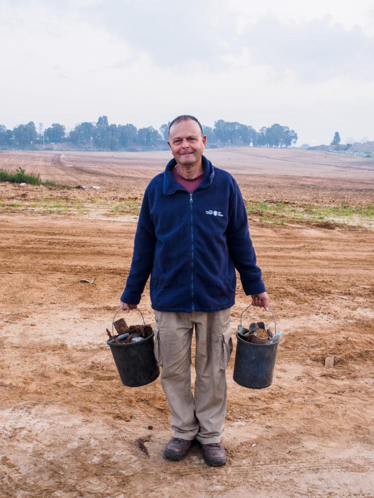 הארכיאולוג רון טואג אוסף ממצאים מהבור, צילום אסף פרץ