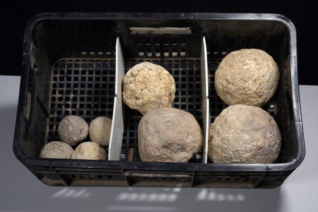 אבני הבליסטרה שנחשפו בחפירה הארכיאולוגית, עדות לקרב על ירושלים שנערך לפני 2000 שנה. צילום: קלרה עמית