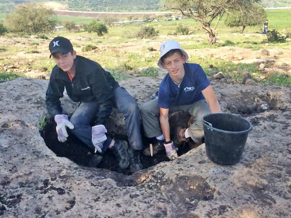 תלמידי שלח חושפים את המתקנים העתיקים בחורבת חוקוק. צילום אנסטסיה שפירו, באדיבות רשות העתיקות