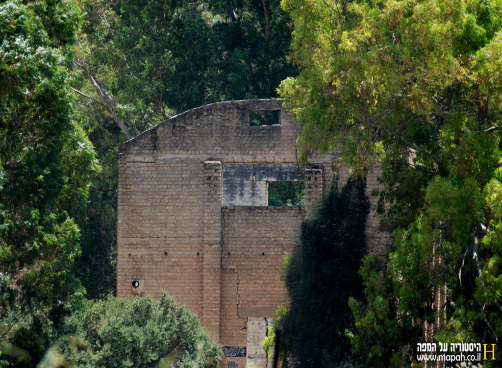 מבנה המפעל הבריטי בבית נבאללה מצד מערב - צילום: אפי אליאן