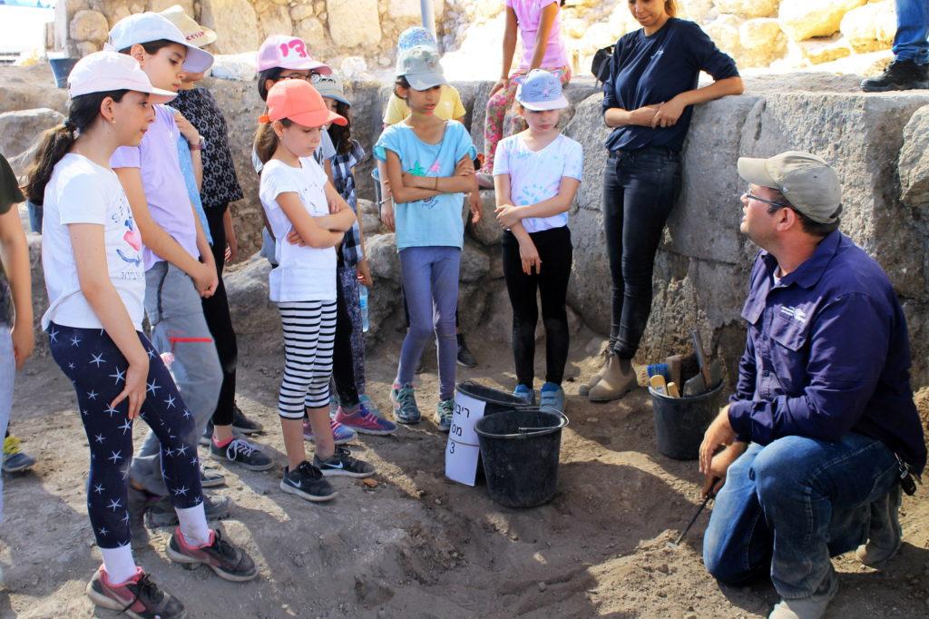 6 כ-2,500 תלמידי בתי ספר ומתנדבים מכל הגילאים ממודיעין השתתפו עד כה בחפירת התיתורה. צילום: ורד בוסידן