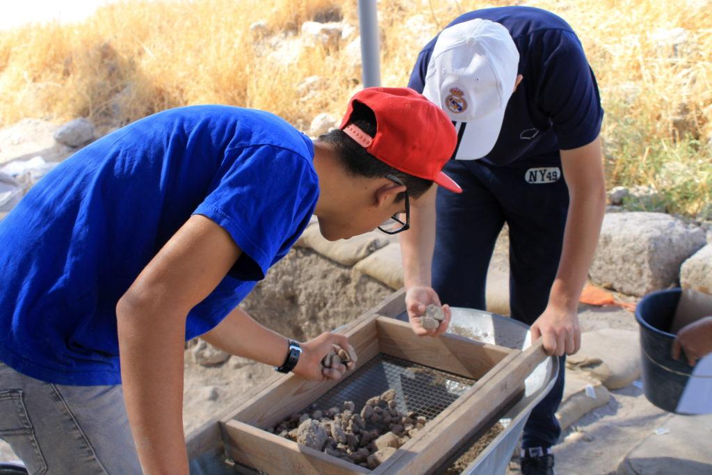 כ-2,500 תלמידי בתי ספר ומתנדבים מכל הגילאים ממודיעין השתתפו עד כה בחפירת התיתורה. צילום: ורד בוסידן