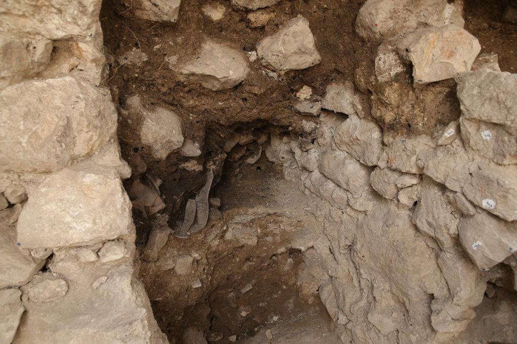 המבנה ובו קנקנים המרוסקים, עדות לחורבן. צילום: אליהו ינאי, באדיבות ארכיון עיר דוד