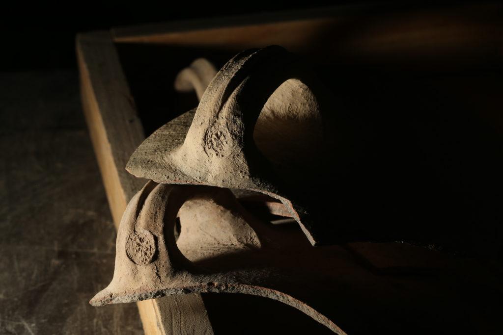 ידיות קנקנים עם טביעת הרוזטהששימשו את המערכת המנהלית בשלהי ממלכת יהודה. צילום: אליהו ינאי