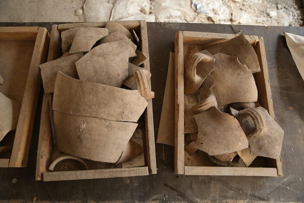 הקנקנים המרוסקים, עדות לחורבן: צילום: אליהו ינאי