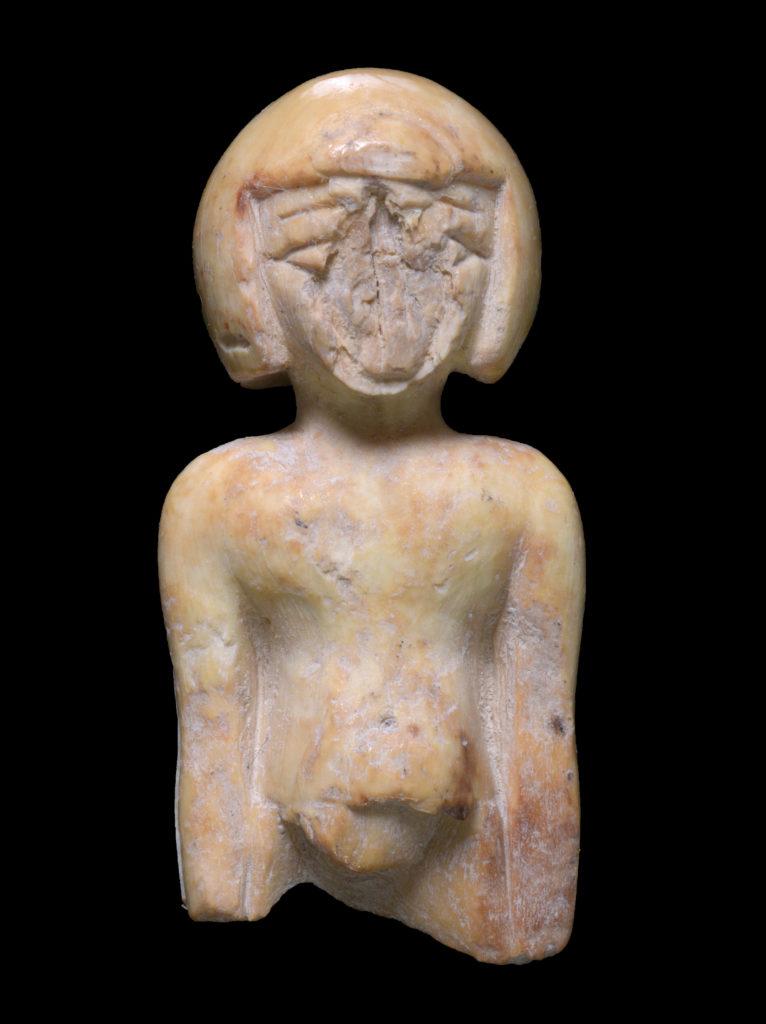 פסלון השנהב בדמות אישה משנהב. צילום: קלרה עמית