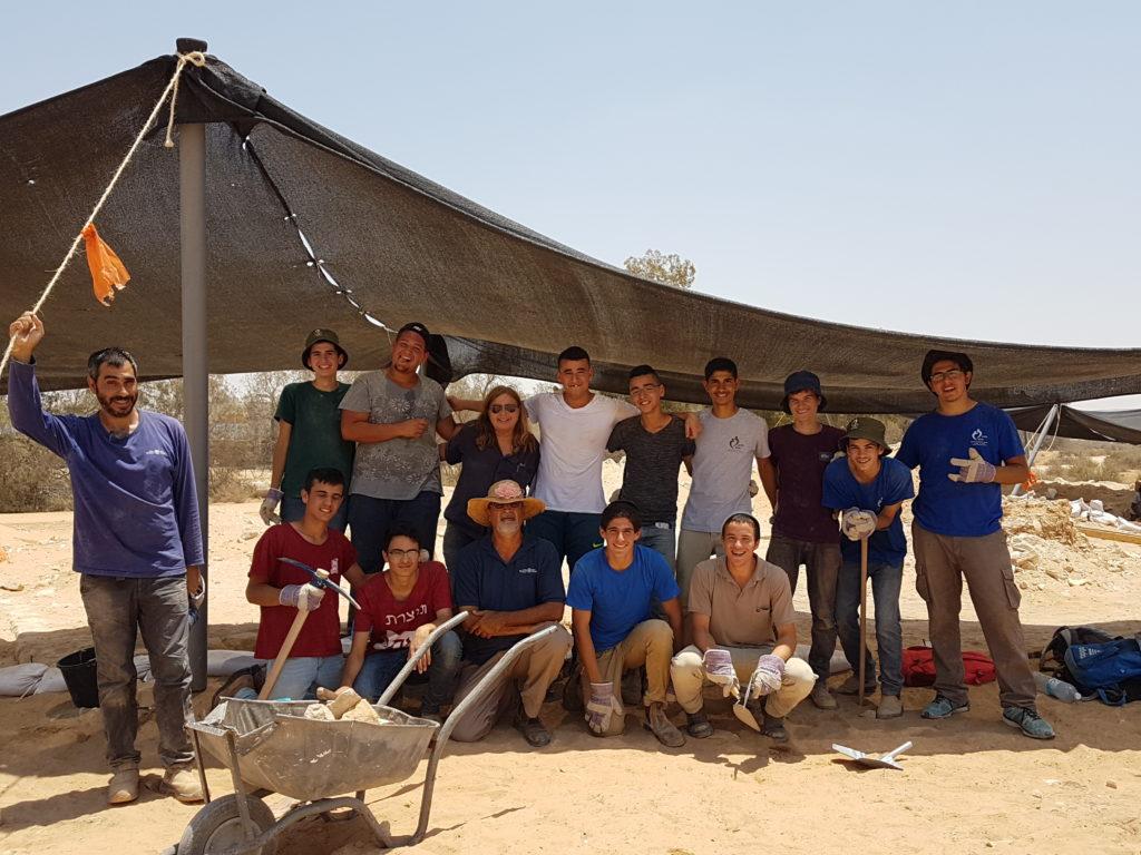בני הנוער שהועסקו בחפירה יחד עם צוות רשות העתיקות. צילום: אורית אפללו
