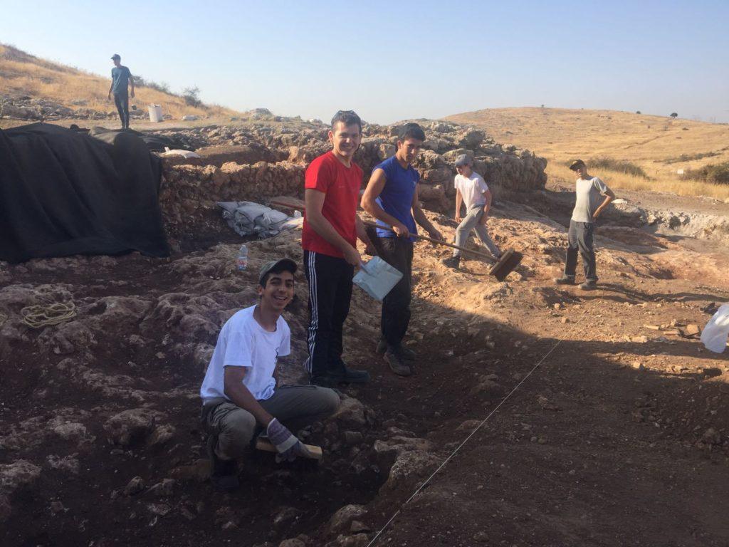 עשרות תלמידיםהשתתפו בחפירה בראש העין. צילום:דניאל ויינברגר, רשות העתיקות