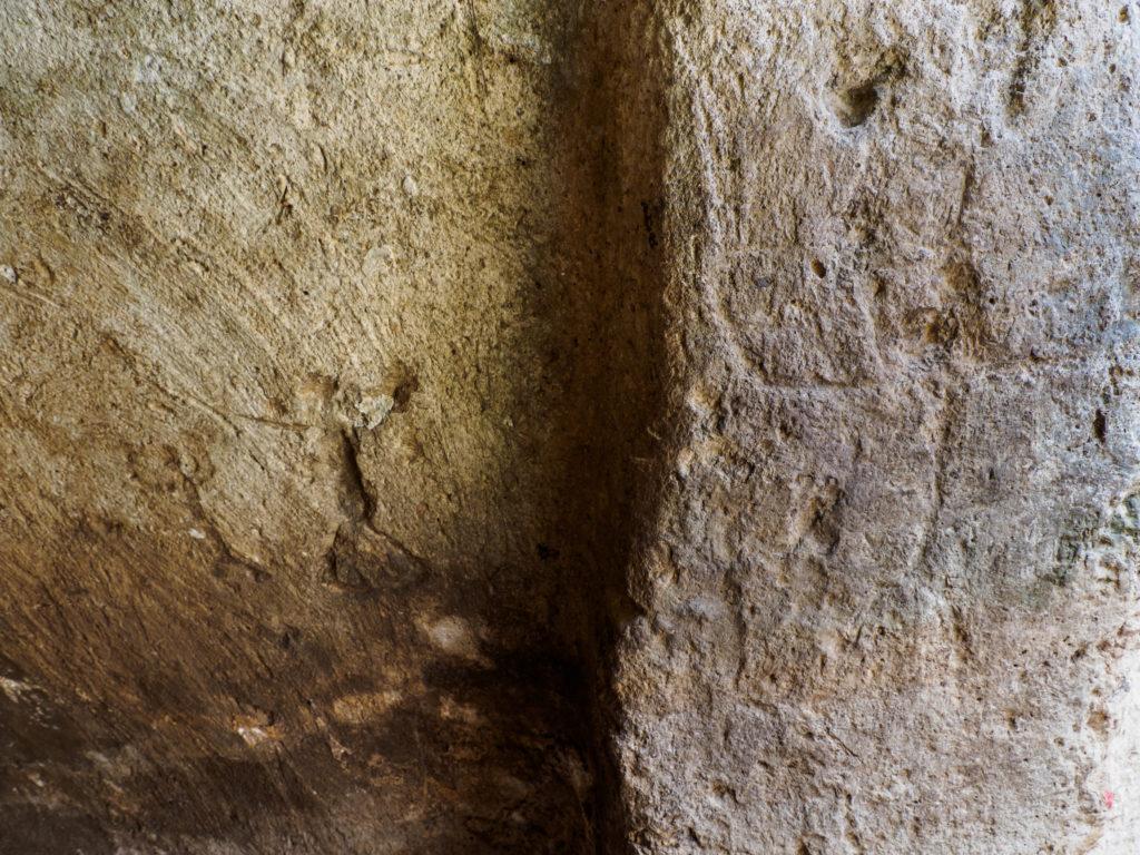 חרוטות על הקירות: דמות אנושית. צילום: אסף פרץ, רשות העתיקות
