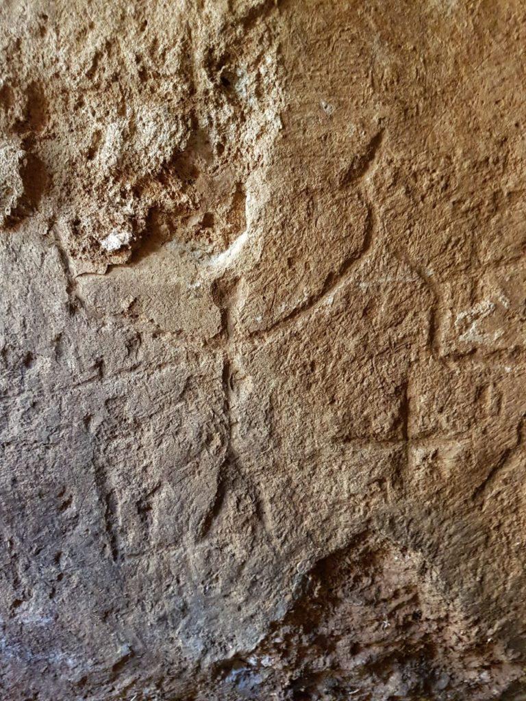 חרוטות על הקירות: דמויות אנשים וצלבים. צילום: גלעד יטאח, רשות העתיקות