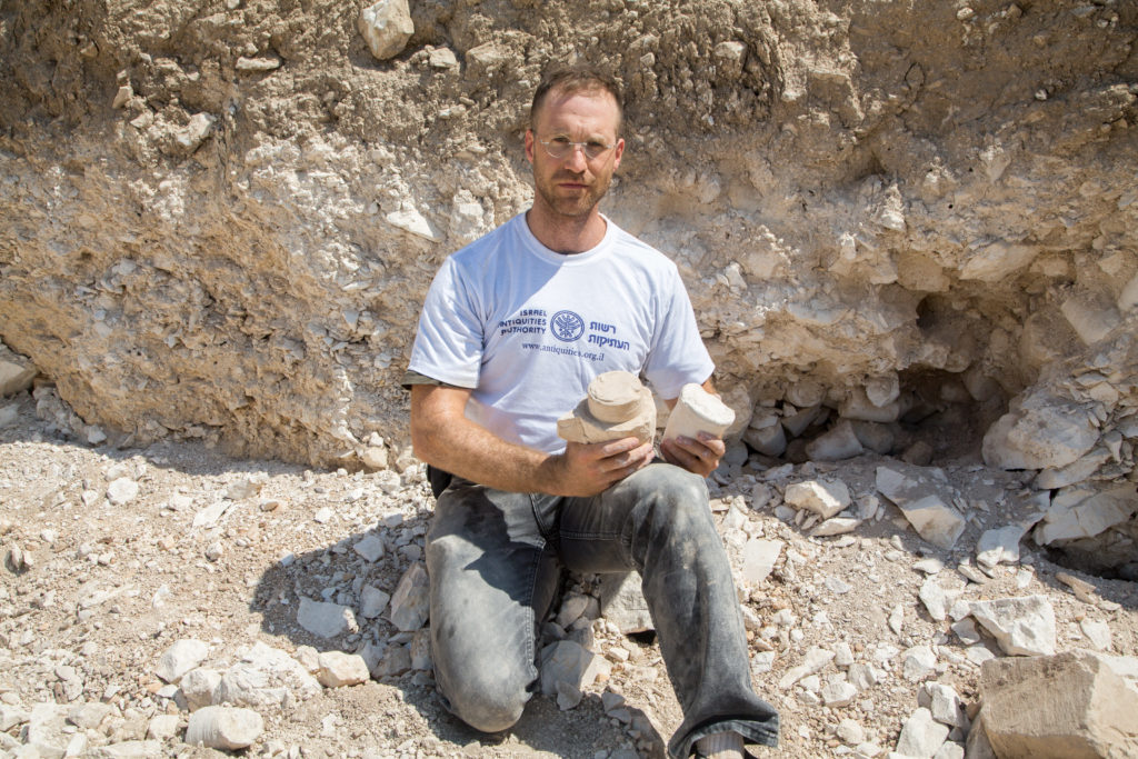 """ד""""ר יונתן אדלר באתר החפירה"""