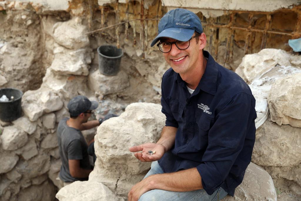 """ד""""ר ג'ו עוזיאל עם הבולות שנחשפו בעיר דוד. צילום: אליהו ינאי"""