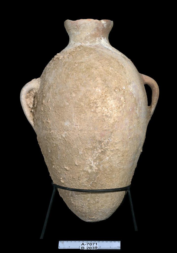 כלים שלמים שהונחו בקבר כמנחות קבורה. לפי האמונה, שימשו את הנפטרים במעבר לעולם הבא. צילום: קלרה עמית