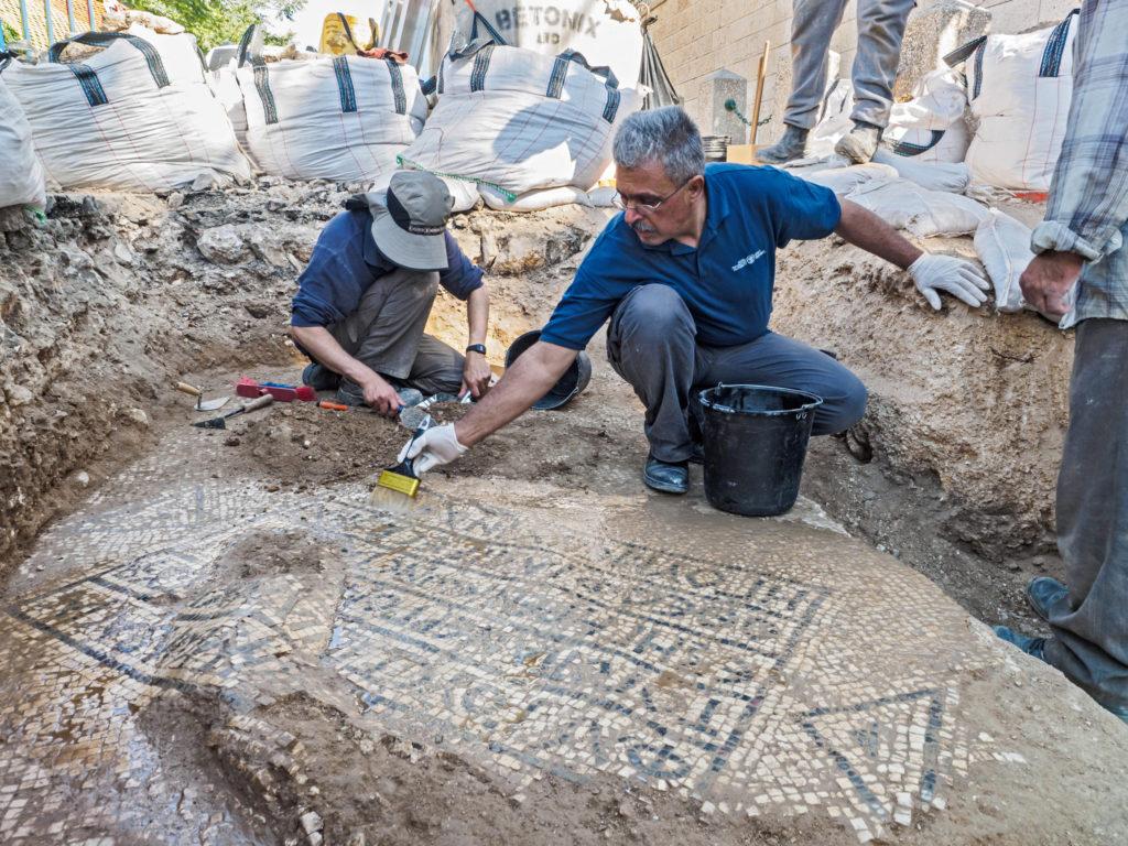חשיפת פסיפס הכתובת הנדירה בשער שכם - צילום: אסף פרץ