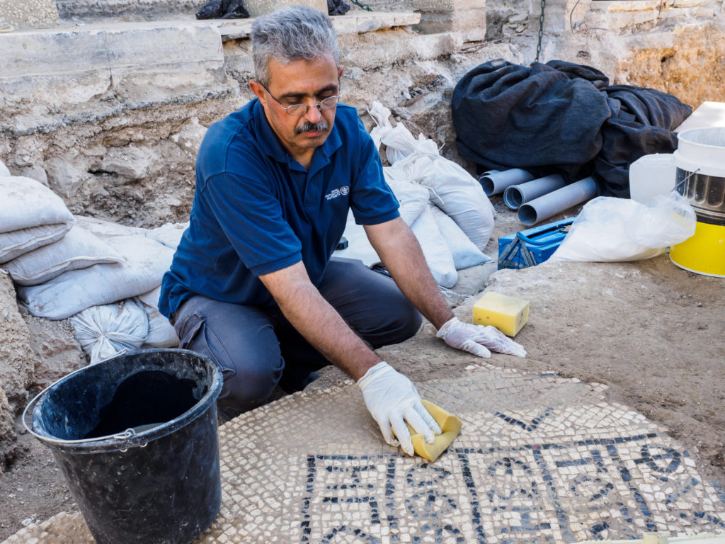 גילוי כתובת הפסיפס בשער שכם - צילום: אסף פרץ
