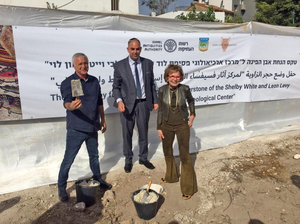 """ראש עיריית לוד עו""""ד יאיר רביבו, מנהל רשות העתיקות ישראל חסון והתורמת להקמת המרכז, גב' שלבי וייט במהלך הטקס הבוקר. צילום: יניב ברמן"""